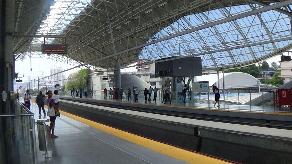 12 de Octubre metro station